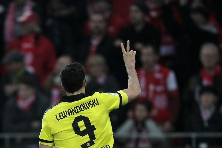 Grund war der angeblich perfekte Wechsel des Torjägers von Borussia Dortmund zum FC Bayern, den beide Vereine weder engagiert dementieren noch kurz und knapp bestätigen wollten.