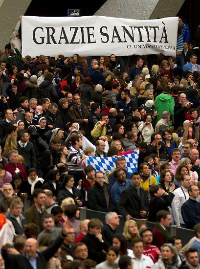 Am Aschermittwoch hielt der deutsche Papst seine letzte heilige Messe. Mit Tränen in den Augen nahm er den donnernden Applaus der rund 8000 Menschen entgegen.