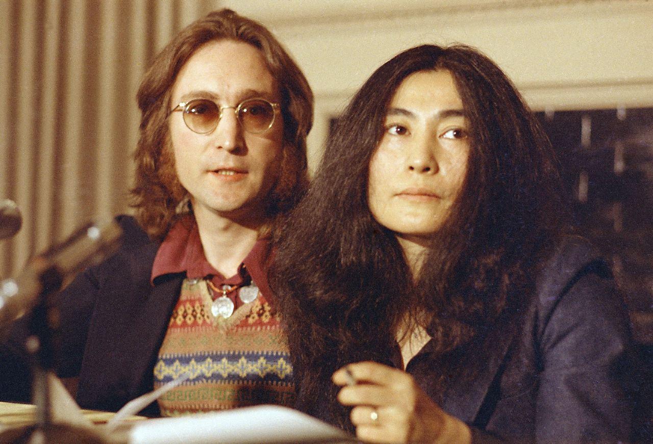 Yoko Ono postet Foto: Mit Lennons Brille gegen Waffen - n-tv.de