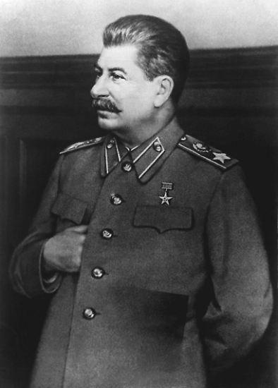 An seinen Händen klebt Blut: Josef Wissarionowitsch Dschugaschwili, genannt Stalin. Von 1922 bis zu seinem Tod am 5. März 1953 ist er der starke Mann der Sowjetunion. Stalin installiert im flächenmäßig größten Land der Erde eine Diktatur, der Millionen Menschen zum Opfer fallen.