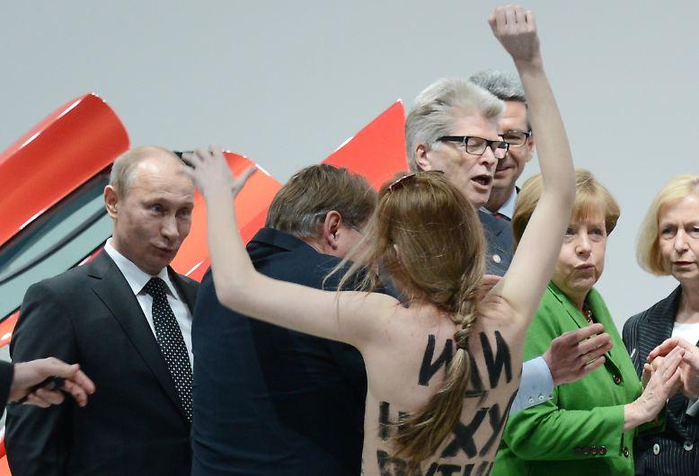 """Solchen Protest ist Russlands Präsident Wladimir Putin aus seinem Heimatland nicht gewohnt - entsprechend überrascht ist er, als auf der Hannover Messe plötzlich eine Aktivistin der Protestgruppe """"Femen"""" vor ihm steht."""