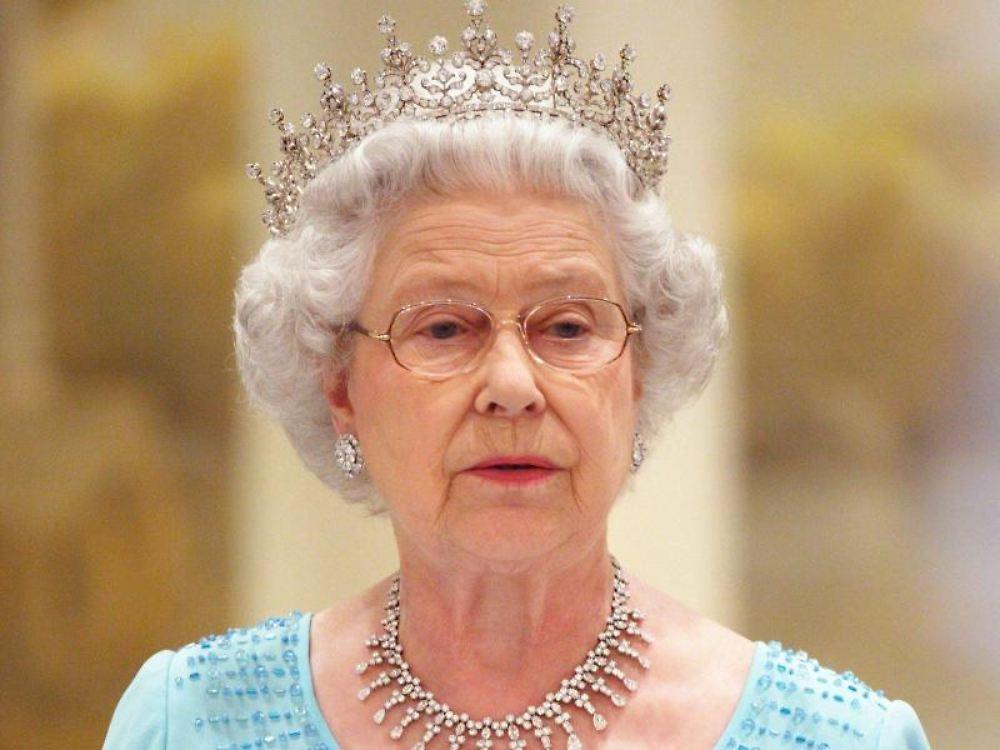 viele sch den an pal sten und schl ssern die queen muss. Black Bedroom Furniture Sets. Home Design Ideas