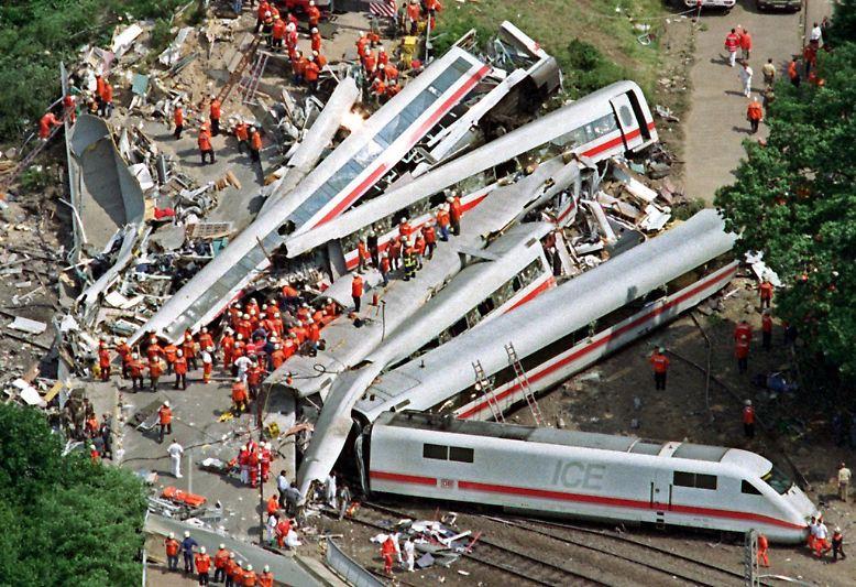 Als gegen Mittag des 3. Juni 1998 die ersten Luftaufnahmen über die Fernsehschirme flackern, ist das Ausmaß der Katastrophe schnell zu erahnen.