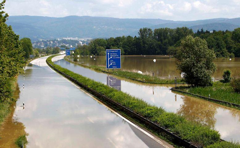 Die A92 zwischen München und Deggendorf gleicht einem Flusslauf. Der Verkehr steht weitgehend still, doch einige ...