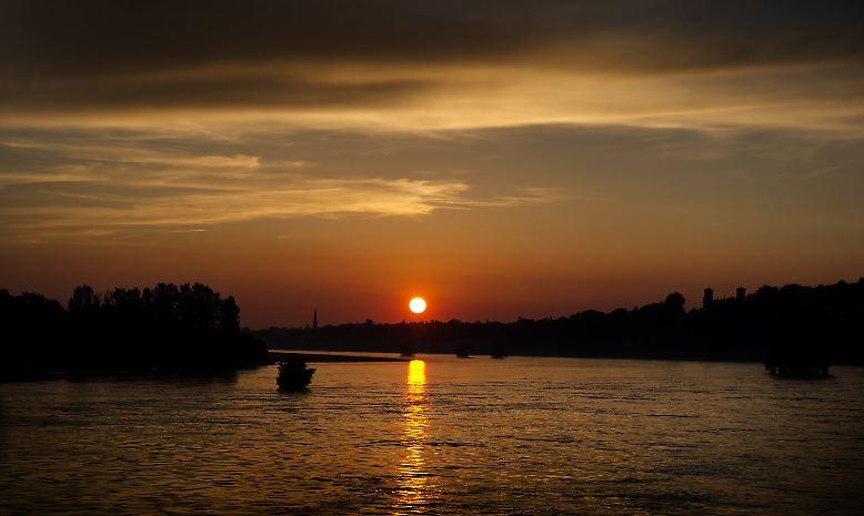 Sonnenuntergang über der Elbe in Dresden: Das idyllische Bild täuscht.
