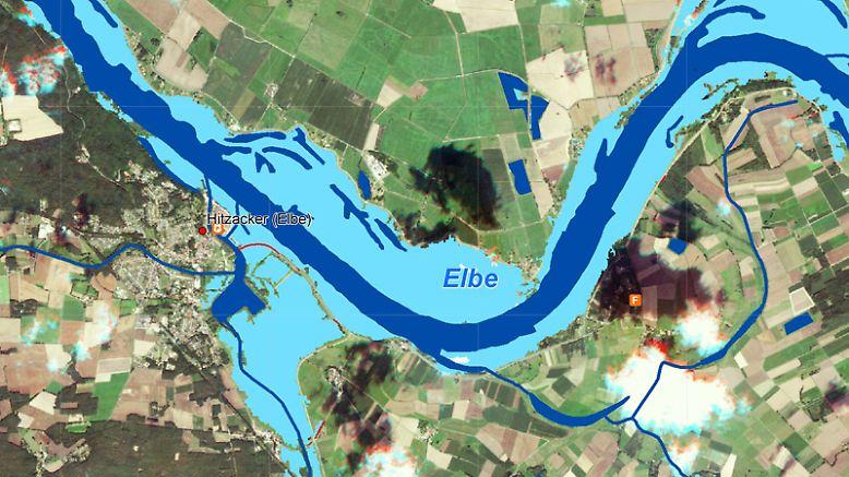 """Die nachträglich bearbeiteten Bilder des  """"Zentrum für Satellitengestütze Kriseninformation"""" des <a href=""""http://www.zki.dlr.de/de"""" target=""""_blank"""">""""DLR""""</a> illustrieren das verheerende Ausmaß des Hochwassers. Dunkelblau eingefärbt das eigentliche Flussbett der Elbe, helblau die inzwischen überschwemmten Flächen. In diesem Falle ganz im Norden bei Hitzacker ..."""
