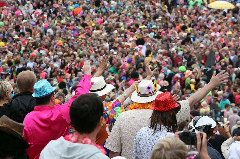 Grüne Glitzer-Plateauschuhe an Männerfüßen, Kleider in Knallbonbonfarben und Lametta-Perücken: Für den 17. Schlagermove haben Hunderttausende Besucher wieder tief in die Kostümkiste gegriffen.