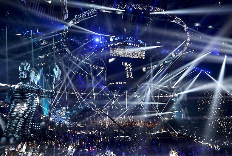 Nein, wirklich live gesehen hat die US-amerikanischen MTV Video Music Awards hierzulande auch in diesem Jahr kaum jemand. Und das nicht nur, ...