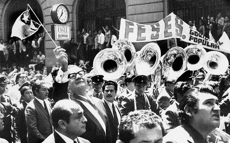 Im November 1970 wird der Sozialist Salvatore Allende zum Staatspräsidenten von Chile gewählt. Sein erklärtes Ziel ist es, auf demokratischem Wege eine sozialistische Gesellschaft in Chile zu etablieren.