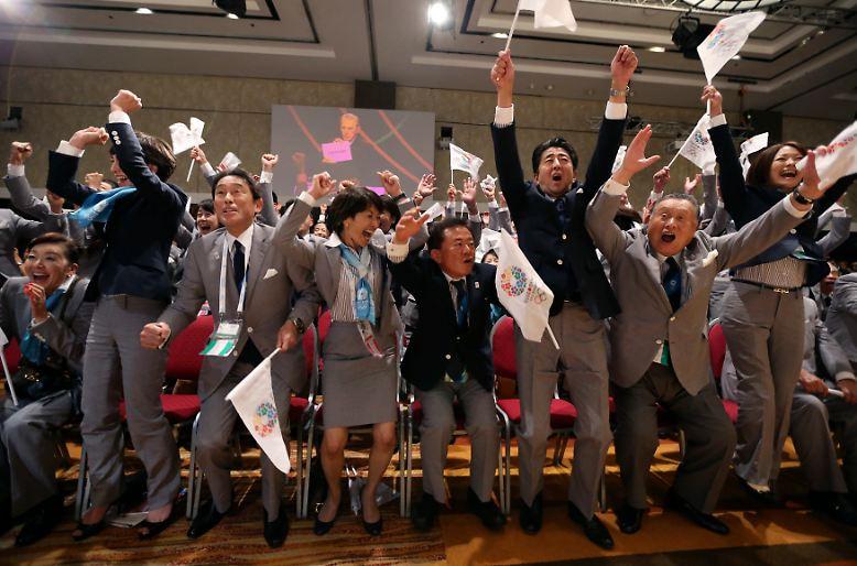 Hurra, Olympia: Japans Premierminister Shinzo Abe (3.v.r) jubelt in Buenos Aires. Die Sommerspiele 2020 finden in Tokio statt.