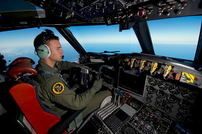 Es ist die größte Such- und Rettungsmission der Luftfahrtgeschichte, ein bislang vollkommen unerklärliches Technikrätsel und zugleich eine beispiellose menschliche Tragödie.