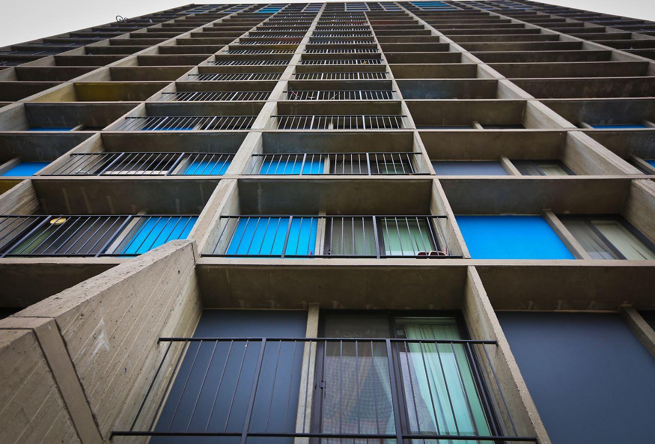 durch das balkongitter gerutscht wunderbaby berlebt sturz aus hochhaus n. Black Bedroom Furniture Sets. Home Design Ideas