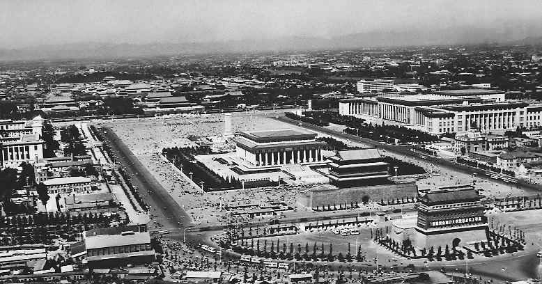 """Der Tian'anmen-Platz in Peking ist einer der bedeutendsten Orte in der Geschichte Chinas. Hier befindet sich mit dem """"Tor des himmlischen Friedens"""" der Eingang zur """"Verbotenen Stadt"""", die bis 1911 Residenz des chinesischen Kaisers war."""