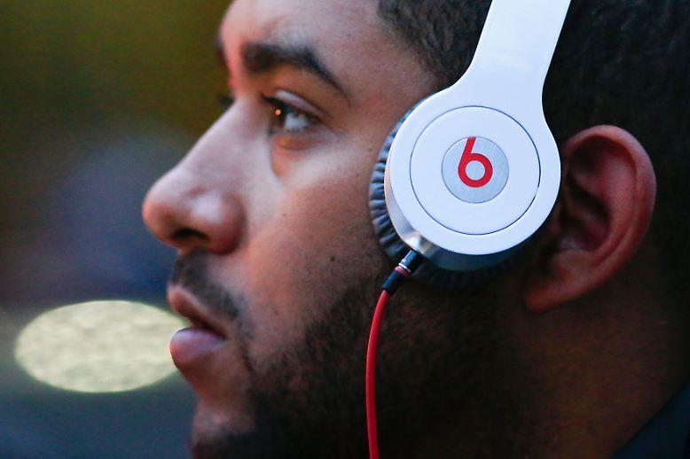 Kopfhörer von Beats gelten als besonders hip, viele Promis tragen sie und die Dinger sehen tatsächlich ziemlich gut aus. Wenn es um den Klang geht, hätte Apple sein Geld aber wahrscheinlich besser anlegen können.