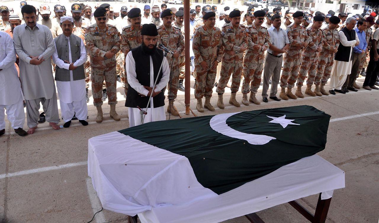 angriffe auf flughafen und pilger terroristen t ten 58 menschen in pakistan n. Black Bedroom Furniture Sets. Home Design Ideas