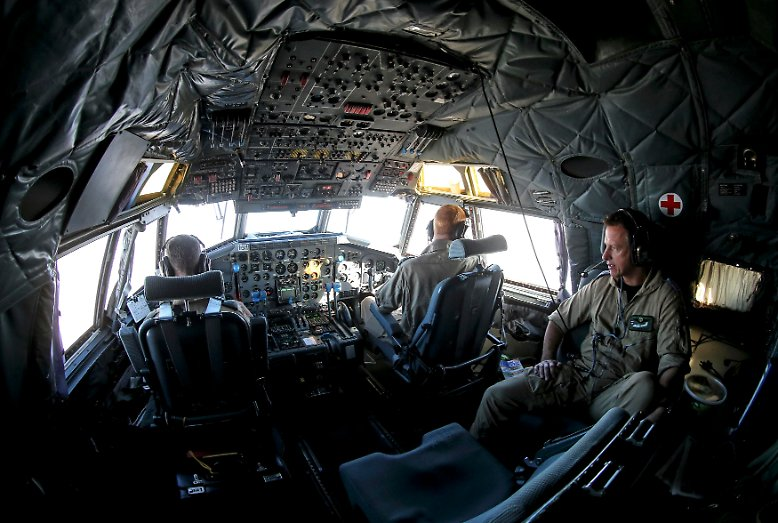 """Blick ins Cockpit einer C-160 """"Transall"""": Die zweimotorige Maschine ist seit Jahrzehnten das wichtigste Transport- und Frachtflugzeug der Bundeswehr. Die Transall ist vor allem dann gefragt, wenn es heikel wird. Die Maschinen landen überall, wo andere Flugzeuge nicht hinkommen."""
