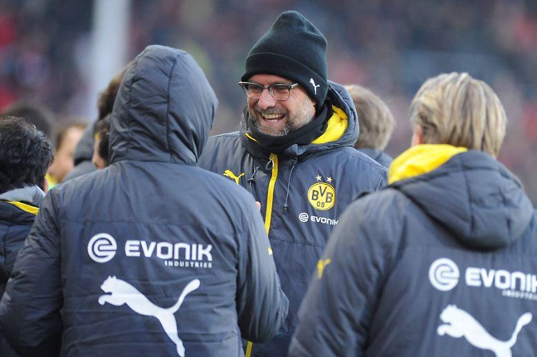 """Nicht erst nach dem Sieg in Freiburg gab BVB-Trainer Jürgen Klopp den Feierbefehl, er gab ihn schon davor. """"Ich habe der Mannschaft schon vor dem Spiel gesagt, dass sie sich verdammt noch mal richtig freuen soll, wenn wir gewinnen - und nicht nur erleichtert sein soll."""""""