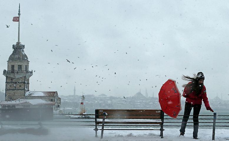 Stürmische Gewitter mit ergiebigem Schneefall führen in der türkischen Millionenmetropole Istanbul zu chaotischen Verhältnissen.