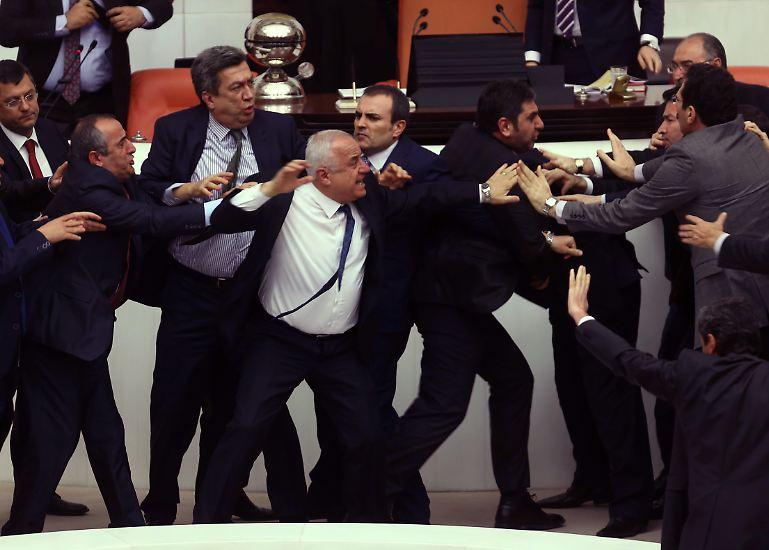 Wie viel Macht sollte die Polizei im Lande haben? Die türkische Regierungspartei AKP und die Opposition sind da durchaus und erkennbar unterschiedlicher Auffassung.