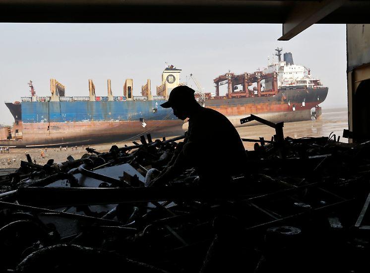 An westindischen Stränden wie Gujarat werden Schiffe aus aller Welt auseinandergebaut. Ein gutes Geschäft, denn die Schiffseigner verdienen pro Tonne Stahl satte 500 Dollar.