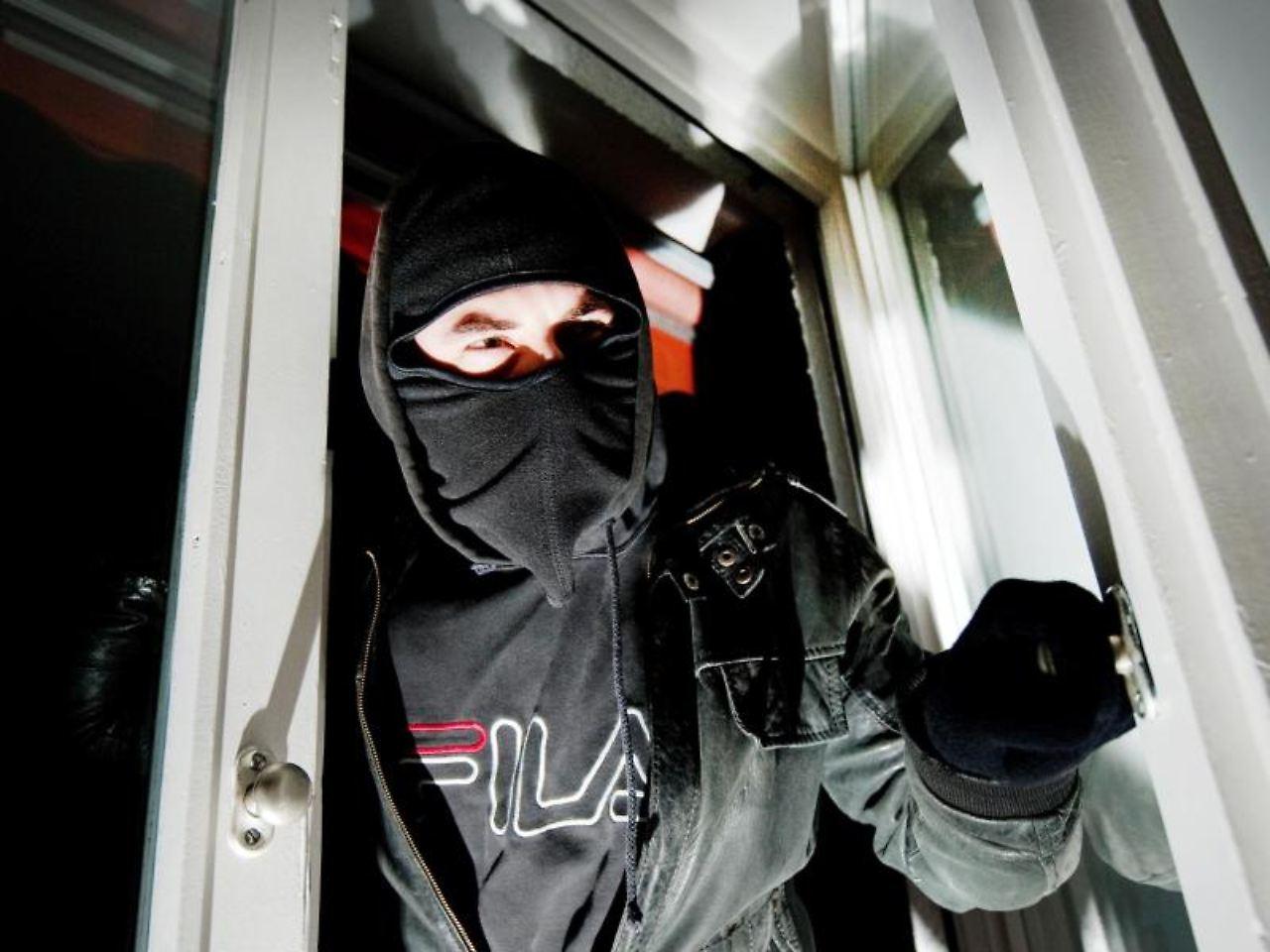 ertappt auf frischer tat was wenn einbrecher im haus sind n. Black Bedroom Furniture Sets. Home Design Ideas