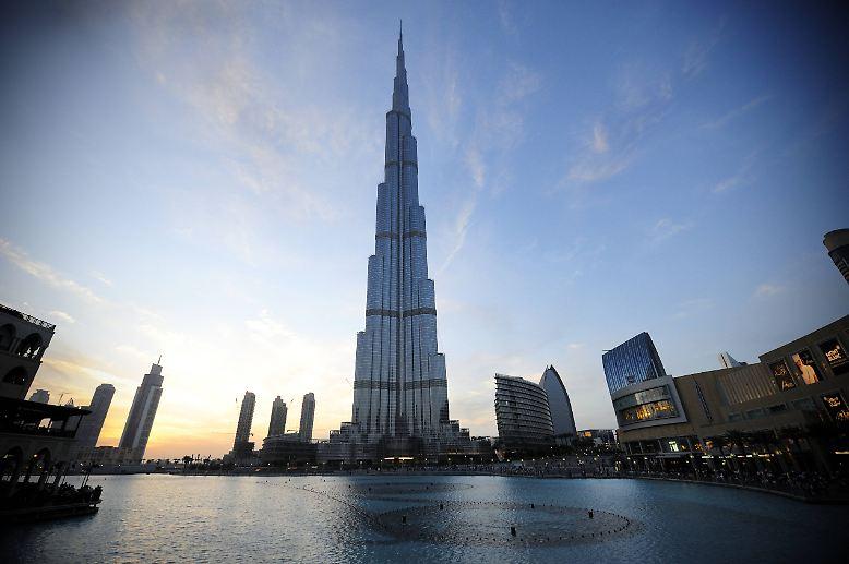 Üblicherweise ist der Himmel über dem Burj Khalifa in Dubai, dem höchsten Gebäude der Welt, kaum von Wolken getrübt. Doch ...