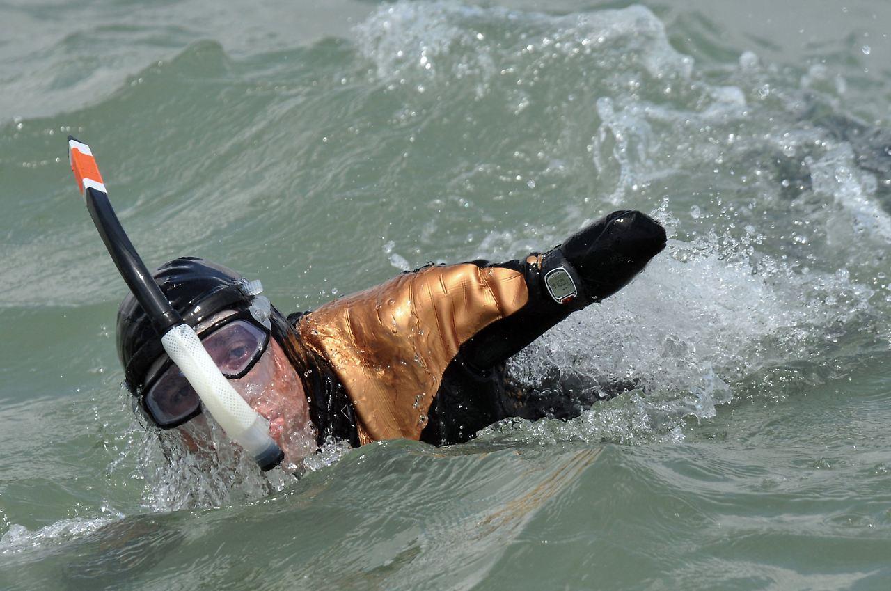 Mann Ohne Arme Und Beine Schwimmt