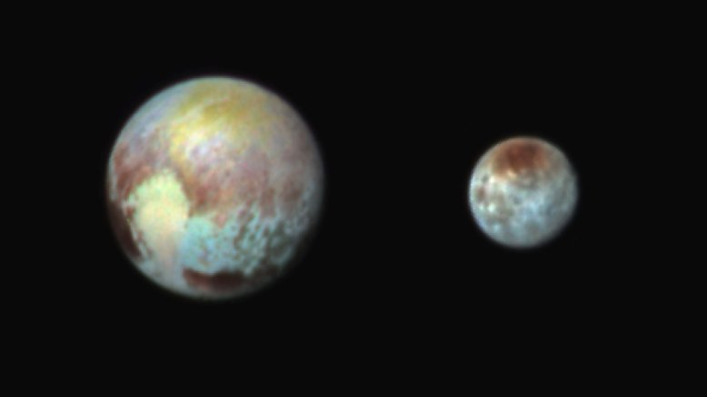 """Es ist der 13. Juli 2015, noch ist die Sonde """"New Horizons"""" 766.000 Kilometer von Pluto entfernt. Da gelingt dieses Bild von dem Zwergplaneten und seinem Mond Charon. Zwar entsprechen die Farben nicht der Wirklichkeit, doch sie machen deutlich, dass die Oberfläche der beiden Himmelskörper aus sehr vielen unterschiedlichen Materialien besteht. """"Diese Bilder zeigen, ..."""