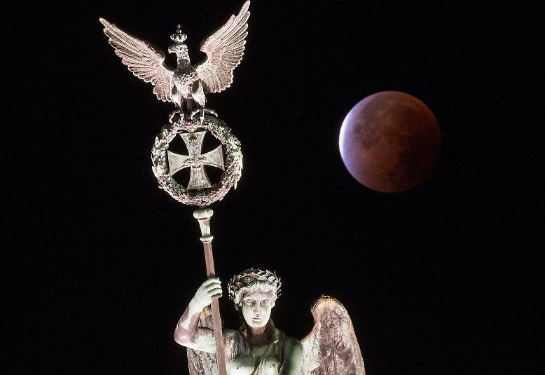Wer früh aufgestanden ist, wurde - sofern der Himmel wolkenfrei war - mit einem wunderbaren Schauspiel belohnt: einer Mondfinsternis der besonderen Art (hier über Berlin).