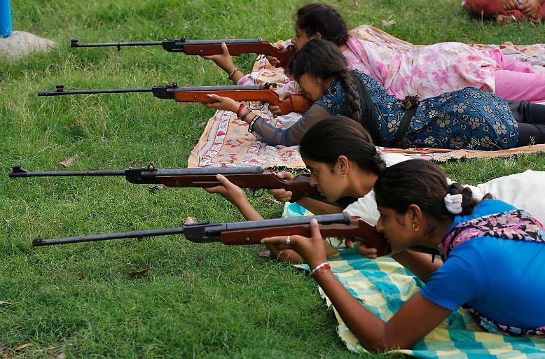 Am Stadtrand der indischen Stadt Jammu: Während einer Waffenausbildung üben Mädchen mit Luftgewehren.
