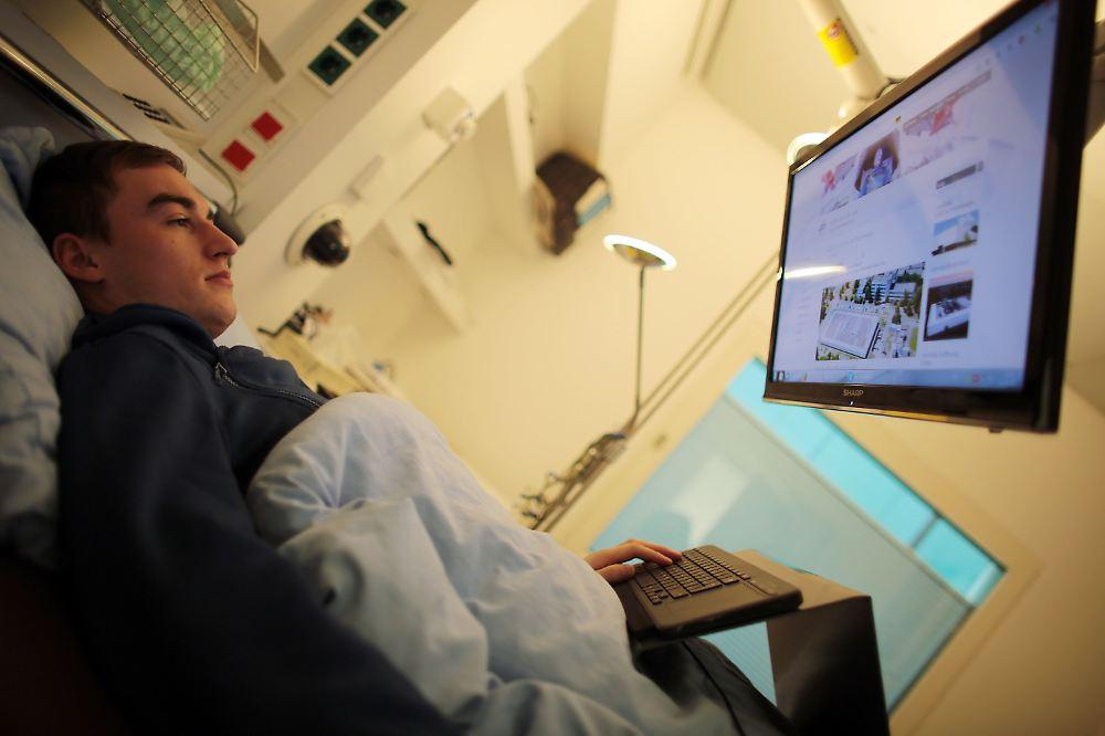 auswirkungen der schwerelosigkeit monatelanges liegen f r die raumforschung n. Black Bedroom Furniture Sets. Home Design Ideas