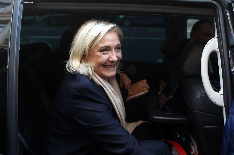Seit ihrem Karrierestart wettert die Front-National-Chefin gegen die Migranten im Land - mit jedem neuen Terroranschlag in Frankreich treffen ihre Thesen in der Bevölkerung auf wachsende Zustimmung. Verkörpert Marine Le Pen eine neue politisch konservative Generation oder eine neue Form von Faschismus? Was steckt hinter ihrem Erfolg?