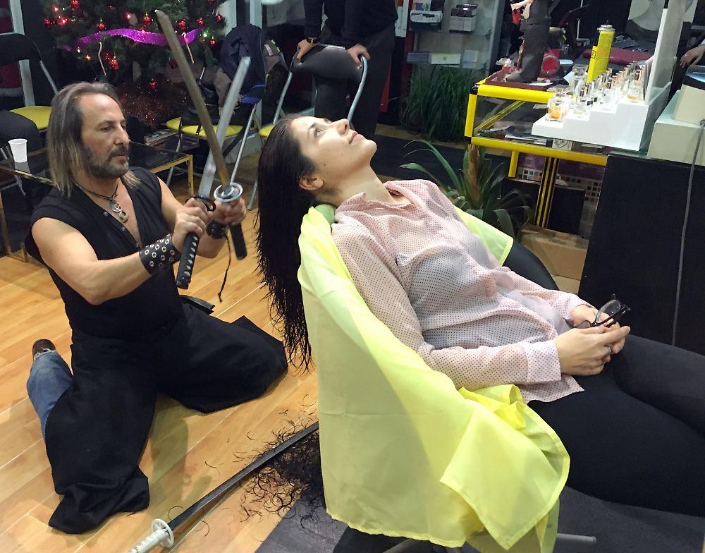 Der Tag: Friseur schneidet Haare mit Schwert und Feuer - n-tv.de