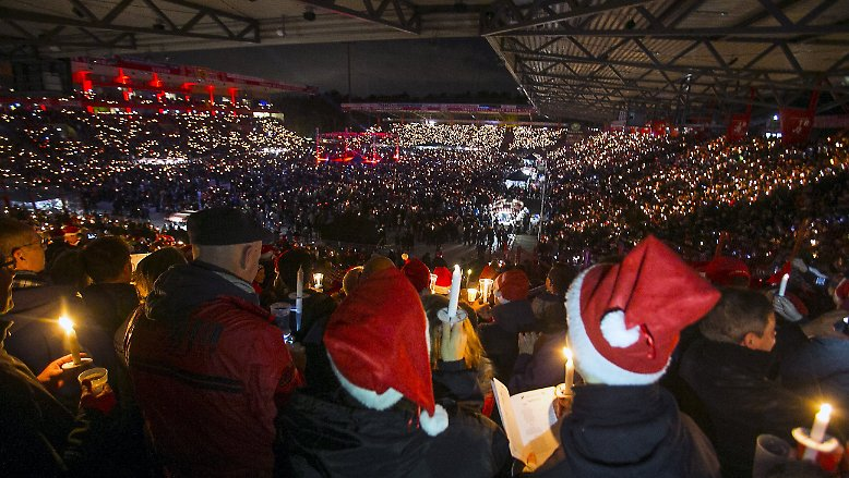 Gänsehaut-Atmosphäre im Stadion: Das traditionelle Weihnachtssingen des Fußball-Zweitligisten 1. FC Union Berlin hat am Vorweihnachtsabend mit 28.500 Fans eine Rekordbeteiligung.