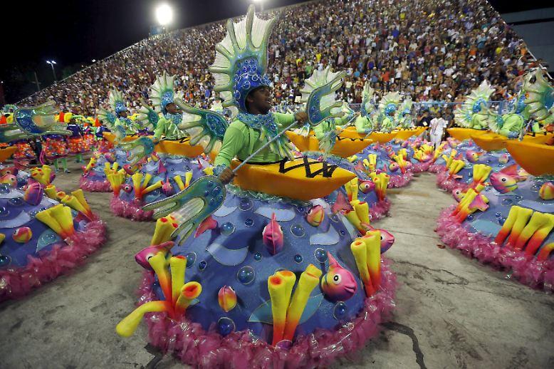 Zum Karneval in Brasiliens Metropole Rio de Janeiro gehören neben spektakulären Kostümen, ...