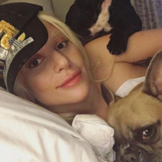 """""""Mariniert eure Hot Dogs und Chicken Wings"""", fordert Lady Gaga ihre Fans auf. Noch sieht alles nach einem ganz gemütlichen Sonntagmittag für die Sängerin aus, ..."""