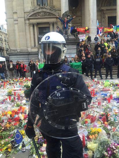Mehrere Hunderte Hooligans haben das Gedenken an die Brüsseler Terroropfer auf dem Börsenplatz im Zentrum der belgischen Hauptstadt gestört.