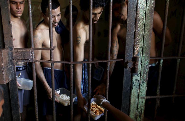 """""""La Joya"""" bedeutet """"Schmuckstück"""" - doch davon ist in dem überfüllten Gefängnis am Rande von Panama City nichts zu sehen. Auf diesem Bild warten die Insassen geduldig bei der Essensausgabe, es gibt fast immer Reis mit einer wechselnden Beilage."""