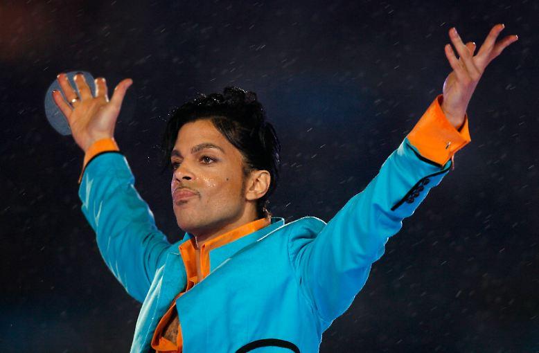 Der Popmusiker Prince ist tot. Der 57-Jährige starb auf seinem Anwesen in Minnesota. Wenige Tage zuvor war er wegen einer Grippererkrankung in ein Krankenhaus eingeliefert worden.