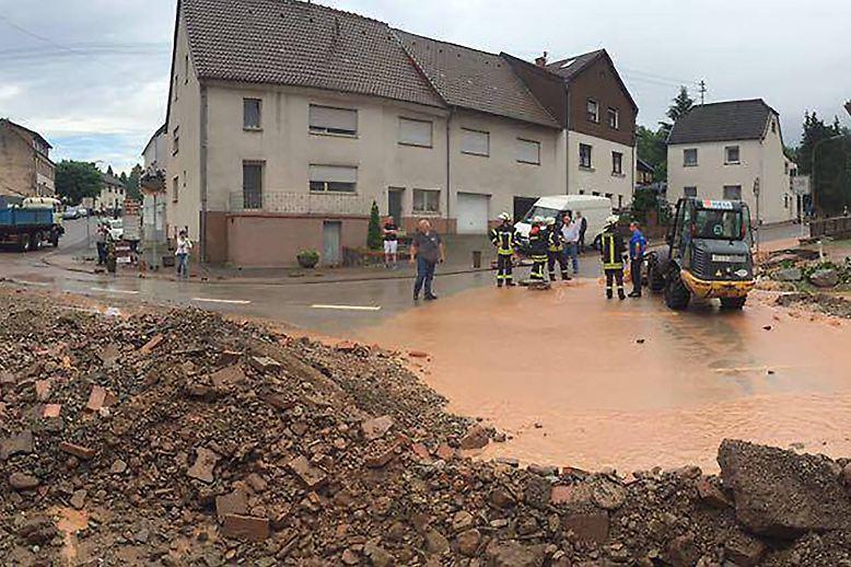 Und auch im Saarland richteten Unwetter erhebliche Schäden an. In einem Ortsteil des saarländischen Eppelborn wurden mehrere Menschen aus Fahrzeugen gerettet. Sie waren in Dirmingen von Wasser eingeschlossen worden. Ebenfalls in Dirmingen wurde ein Hang weggespült, fünf Häuser waren einsturzgefährdet.