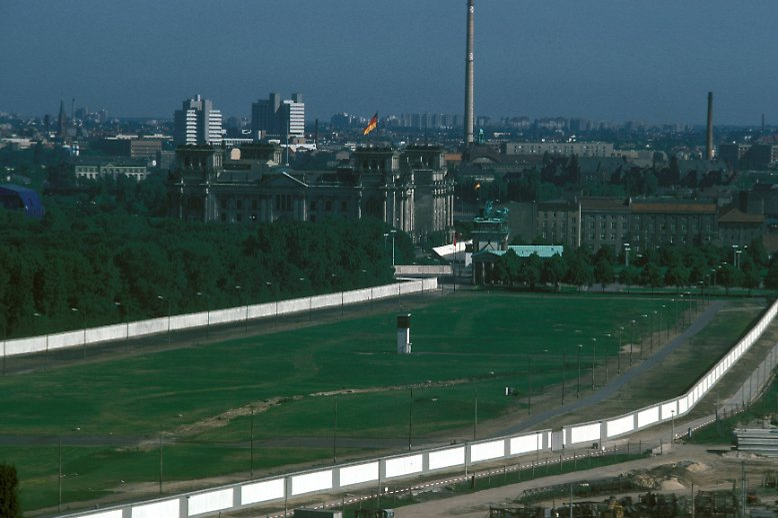 Die Mauer trennte jahrzehntelang Westberlin (l.) von Berlin, Hauptstadt der DDR - von der Ostseite durfte sie in der Regel noch nicht mal fotografiert, geschweige denn bemalt werden.