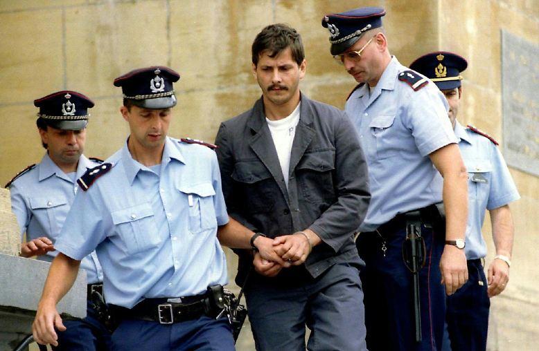 Am 13. August 1996 verhaftet die belgische Polizei den arbeitslosen Elektriker Marc Dutroux. Er soll für die Entführung der 14-jährigen Laetitia verantwortlich sein.