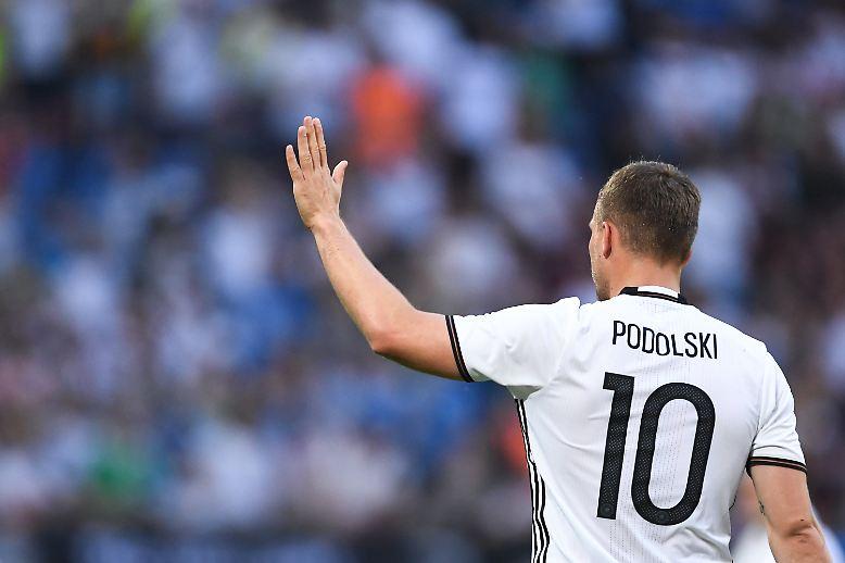 Nun also doch: Weltmeister Lukas Podolski beendet nach 39 Tagen Bedenkzeit seine Karriere in der Fußball-Nationalmannschaft.