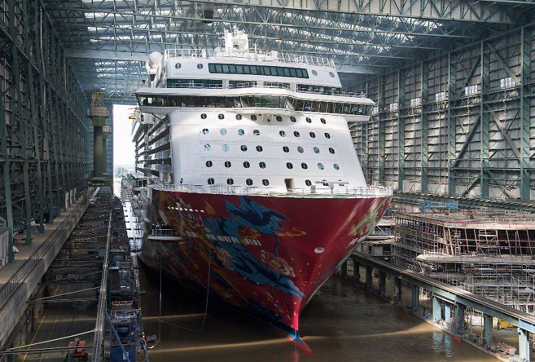 """Der jüngste Kreuzfahrtschiff-Neubau """"Genting Dream"""" der Meyer-Werft im emsländischen Papenburg ist bereit, auf Reise zu gehen."""