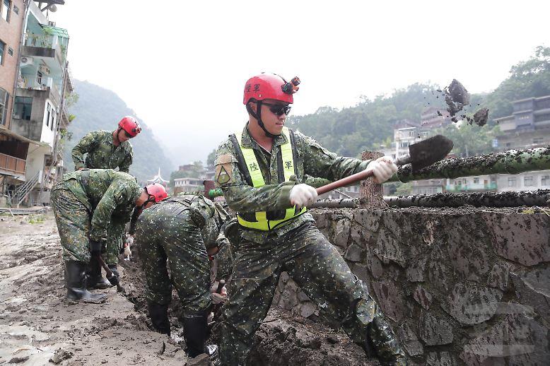 """Während die Aufräumarbeiten nach """"Megi"""" anlaufen, müssen die Menschen mit weiteren Unwetterwarnungen rechnen. Im Pazifik dauert die Hauptsaison für Taifune noch bis November. (mmo)"""