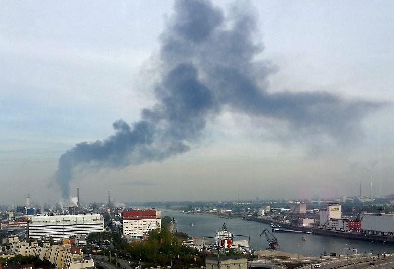 Dunkle Rauchwolken steigen in Ludwigshafen auf dem Gelände des Chemiekonzerns BASF auf.