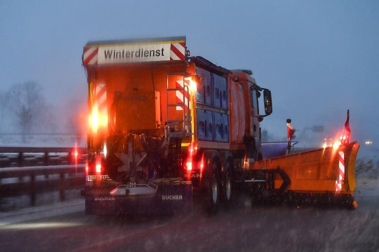 Viele Autofahrer werden trotz Dauereinsatz beim Winterdienst von den Schneefällen überrascht. (jgu)