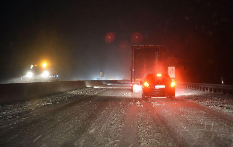 Für Frühaufsteher und Berufspendler beginnt der Arbeitstag im Chaos: Umstürzende Bäume und ergiebige Schneefälle sorgen vielerorts für widrige Witterungsverhältnisse im Straßenverkehr.