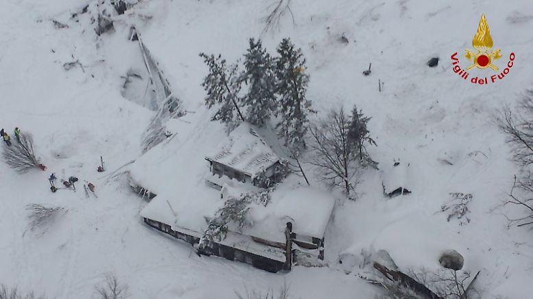 Am 18. Januar geht eine gewaltige Lawine in der Abruzzen-Gemeinde Farindola ab und verschüttet das Hotel Rigopiano.