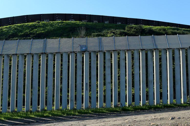 Wer sich die Grenzschutzanlage zwischen Mexiko und den USA jedoch ansieht, wird zu dem Schluss kommen, dass das aktuelle Bauwerk einer Mauer an vielen Stellen bereits jetzt nicht ganz unähnlich ist.
